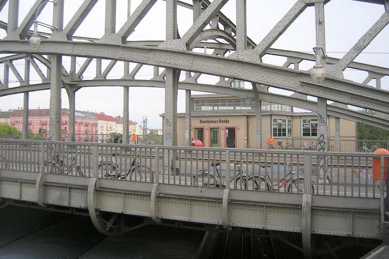Grenzbrücke im geteilten Berlin - ein Kulturspaziergang