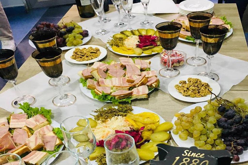 Georgisch essen während des Tourismusdeutsch Seminars