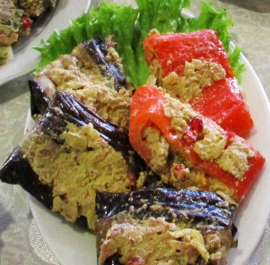Georgische Küche: Mit Walnuß gefüllte Aubergienen & Paprika
