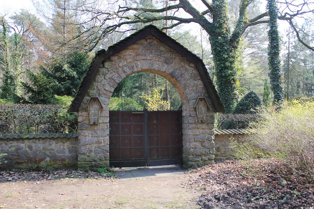 Eingang zum Selbstmörderfriedhof in Berlin